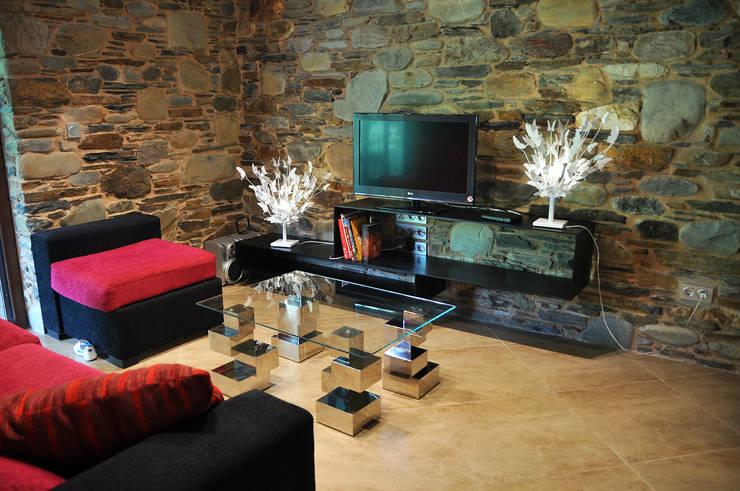 Reforma de vivienda en O Bierzo (León):  de estilo  de Küpu Muebles Inesperados
