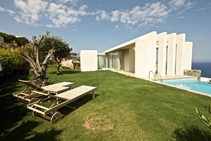 Jardines de estilo moderno por HANDE KOKSAL INTERIORS