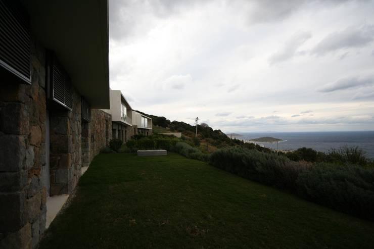 HANDE KOKSAL INTERIORS – House A1 – A1 Evi:  tarz Evler, Modern