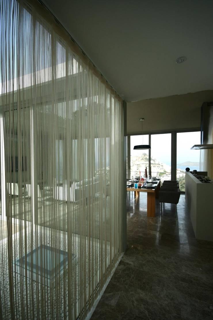 HANDE KOKSAL INTERIORS – House A1 – A1 Evi:  tarz Pencere, Modern