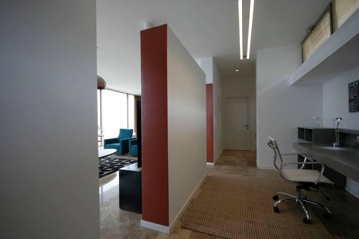 HANDE KOKSAL INTERIORS – House C3 – C3 Evi:  tarz Koridor ve Hol