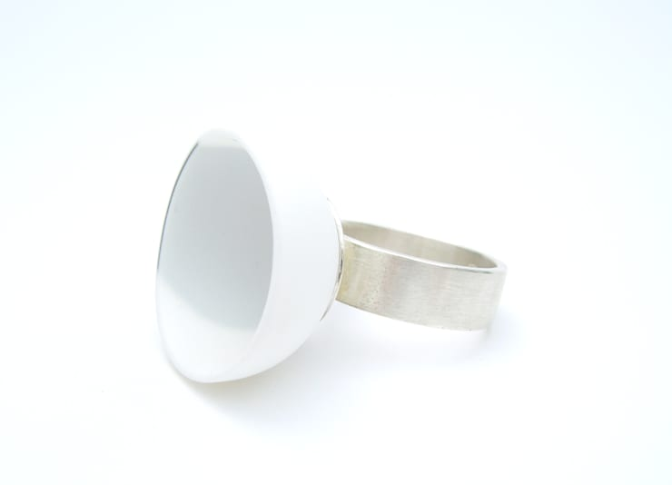 porselein - zilver ring:   door Margot Thyssen Ceramics & Design,