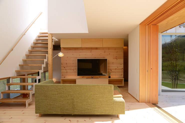 彦崎の家: ARTBOX建築工房一級建築士事務所が手掛けたリビングルームです。