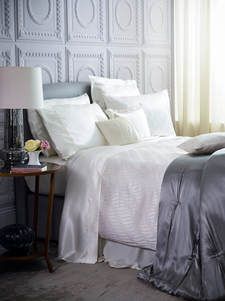 Pearls silk bed linen:  Bedroom by Gingerlily