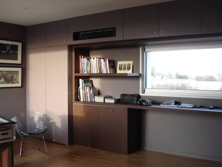 Agencement d'une bibliothèque en stratifié: Bureau de style  par Atelier Roussot