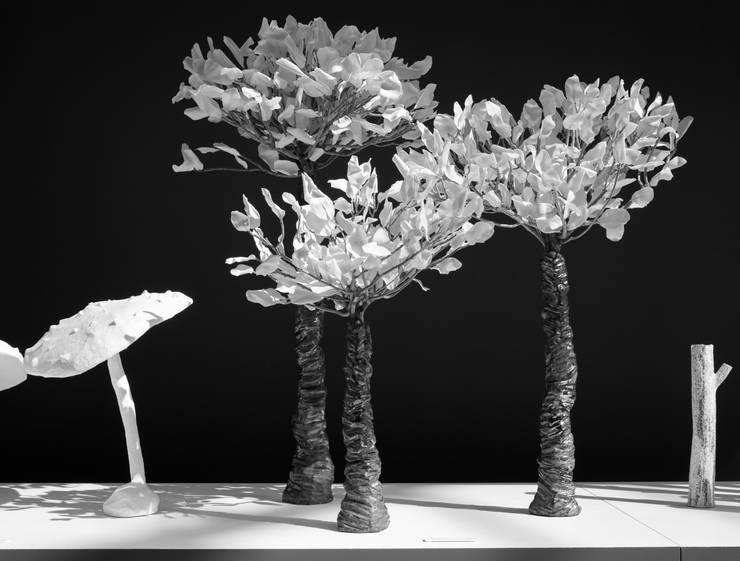 silouhettes. tronc raku, coral bush et pétales de porcelaine: Art de style  par bbceramic