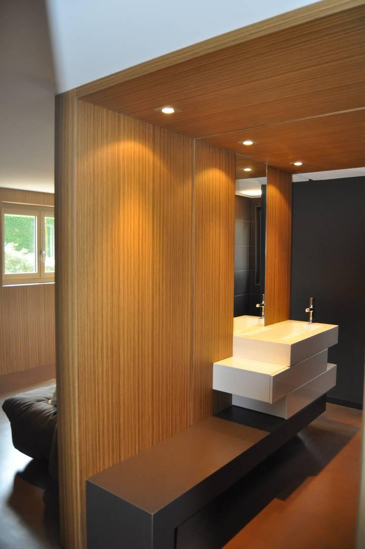 Faux plafond et cloison en placage bois: Murs & Sols de style  par Atelier Roussot