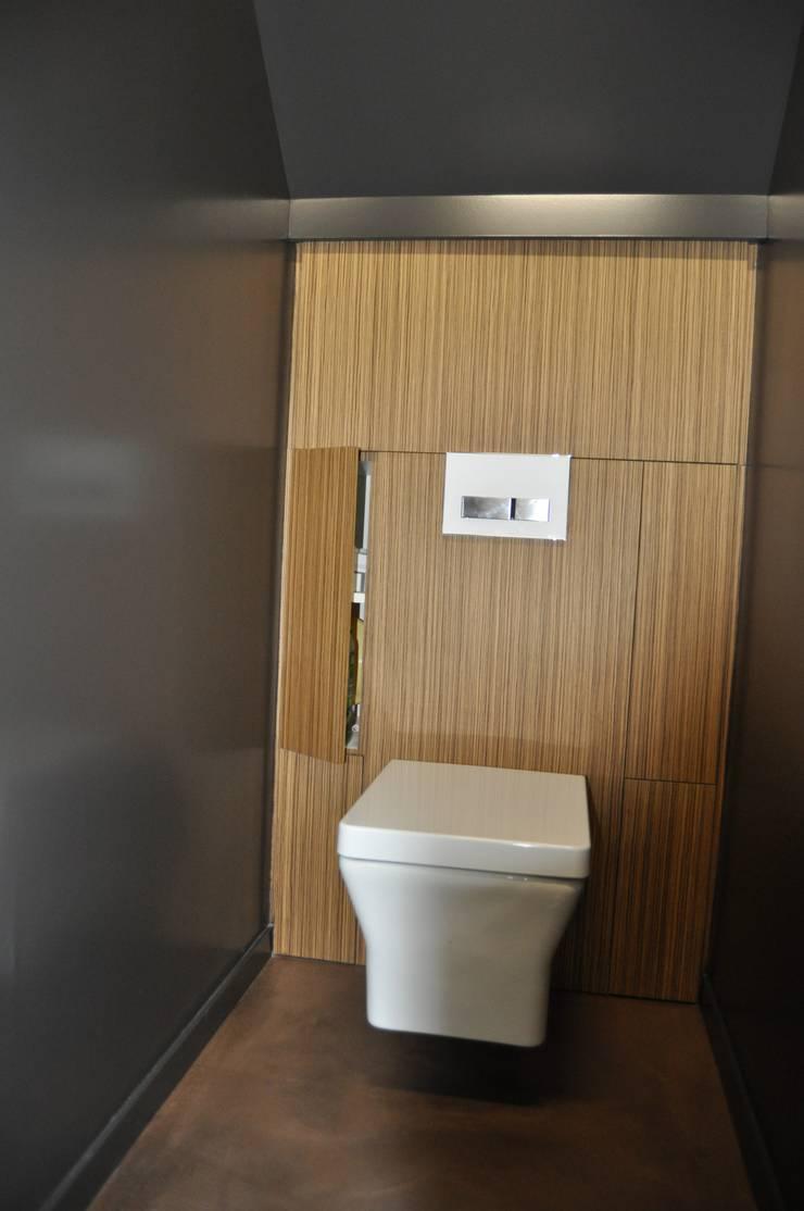 Rangement faisant office  d'habillage pour le WC: Paysagisme d'intérieur de style  par Atelier Roussot