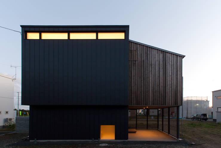 ファサード(夕景): 一級建築士事務所 Atelier Casaが手掛けた家です。