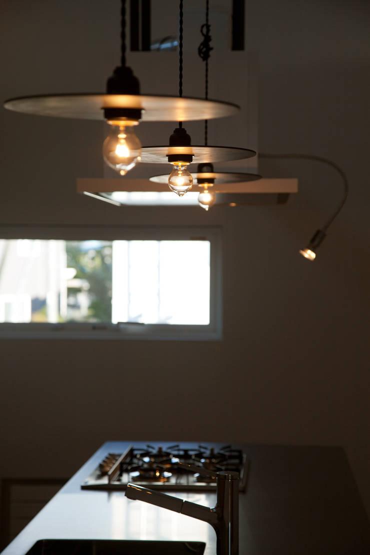 オリジナル照明: 一級建築士事務所 Atelier Casaが手掛けたキッチンです。