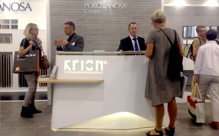 Comptoir d'accueil Porcelanosa: Locaux commerciaux & Magasins de style  par Studio Katra