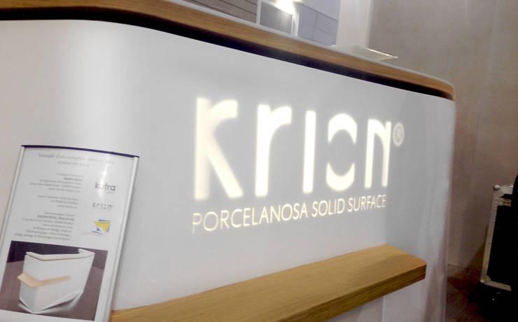 Comptoir d'accueil Porcelanosa - Krion: Locaux commerciaux & Magasins de style  par Studio Katra