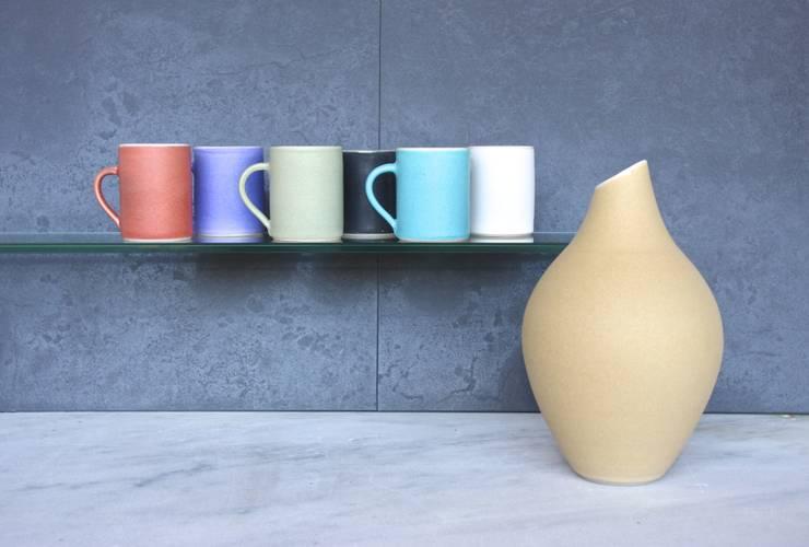 Grand vase jaune: Maison de style  par SUE URE CERAMICS