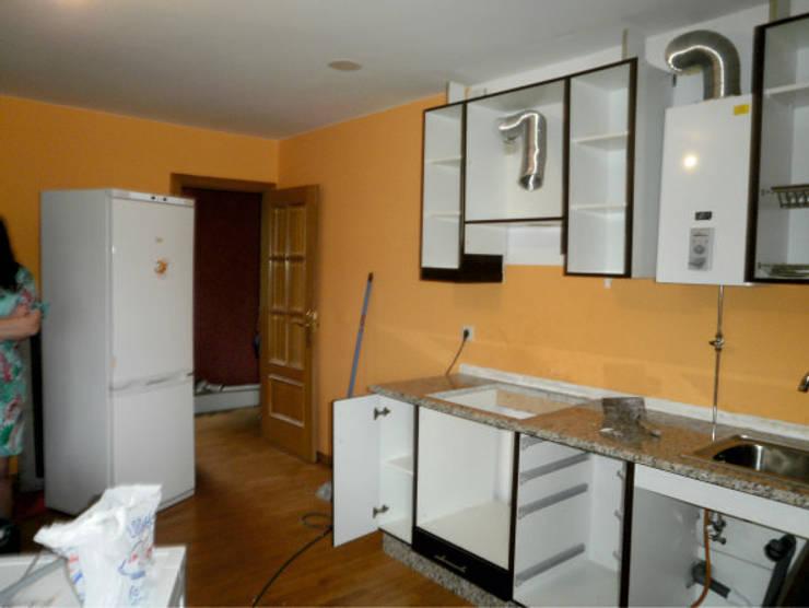 Antes: cocina que transformaríamos en el espacio principal del despacho:  de estilo  de Arquitectos Fin