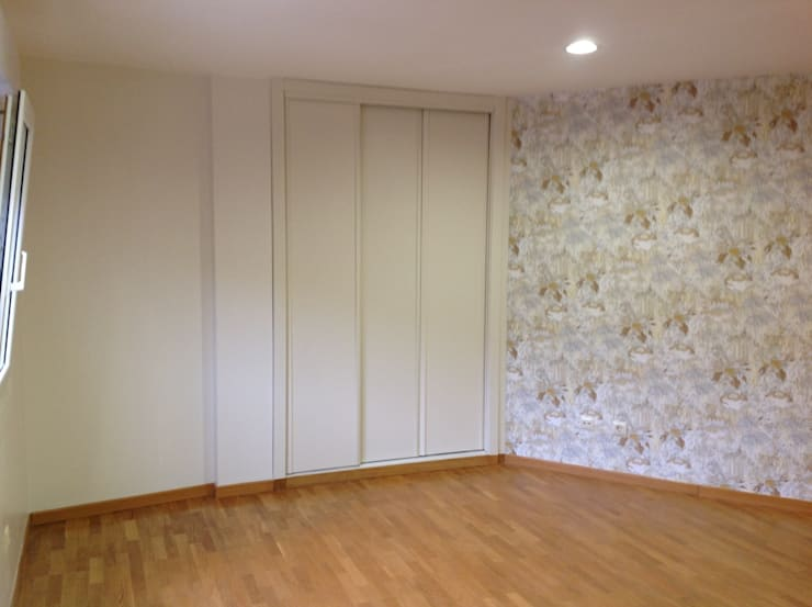 Después: camuflaje e integración del armario en el nuevo espacio:  de estilo  de Arquitectos Fin