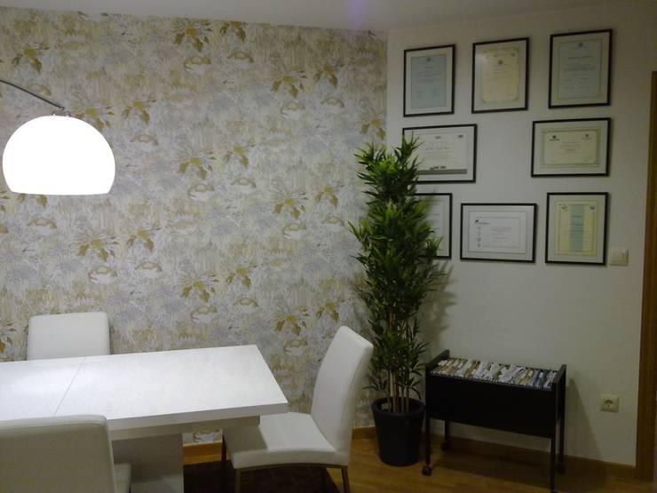 Potenciación de espacios irregulares: Oficinas y tiendas de estilo  de Arquitectos Fin