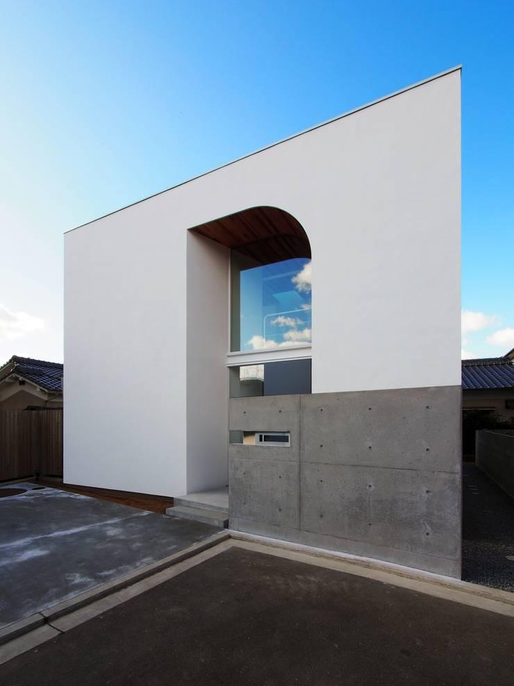 外観: イシウエヨシヒロ建築設計事務所 YIA が手掛けた木造住宅です。