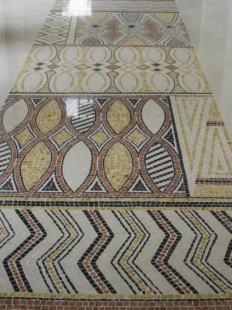 Tapis aborigène: Couloir et hall d'entrée de style  par MOZAIQUE