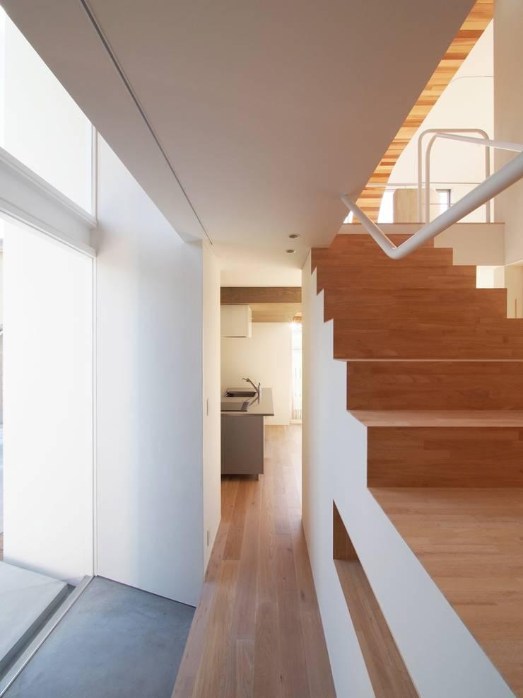 玄関: イシウエヨシヒロ建築設計事務所 YIA が手掛けた廊下 & 玄関です。
