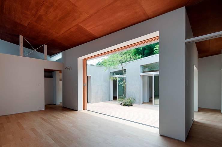 蒲郡の住宅: 諸江一紀建築設計事務所が手掛けた窓です。