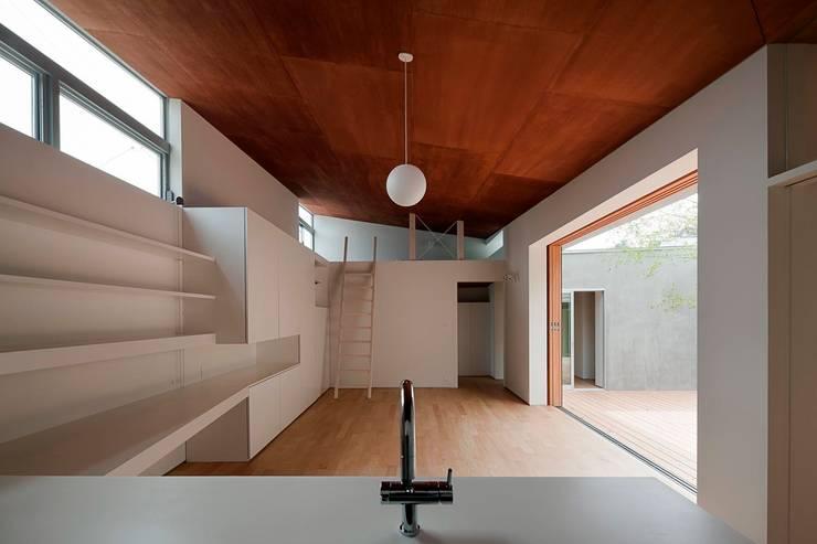 蒲郡の住宅: 諸江一紀建築設計事務所が手掛けたリビングです。