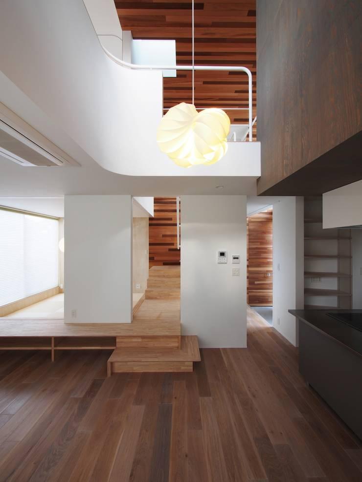 リビングダイニング: イシウエヨシヒロ建築設計事務所 YIA が手掛けたリビングです。