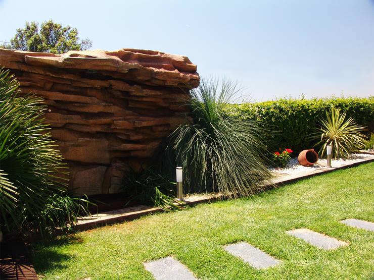 Roca con Ducha: Jardín de estilo  de Overstone