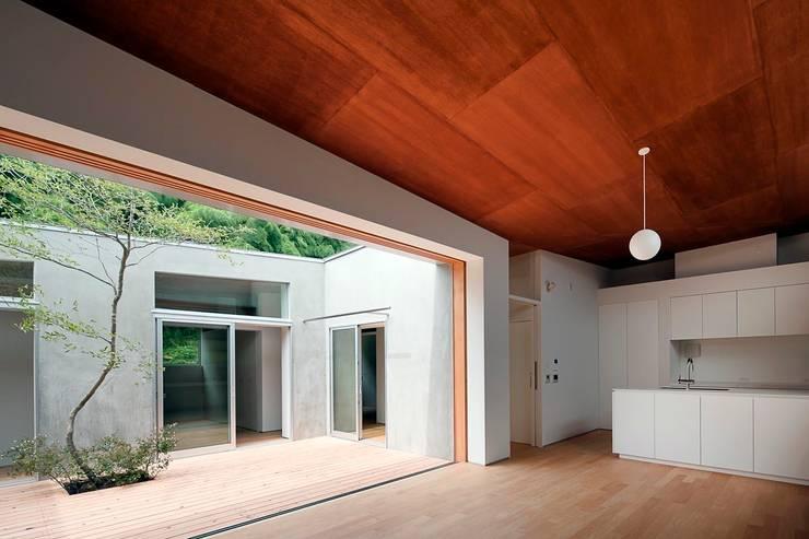 蒲郡の住宅: 諸江一紀建築設計事務所が手掛けたベランダです。