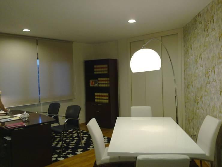 Mesa de juntas: Oficinas y tiendas de estilo  de Arquitectos Fin