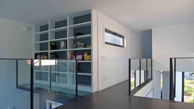 Vivienda en Fornos: Estudios y despachos de estilo  de AD+ arquitectura