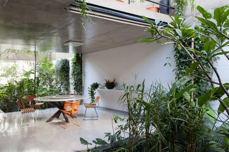 CASA JARDINS: Casas  por CR2 Arquitetura