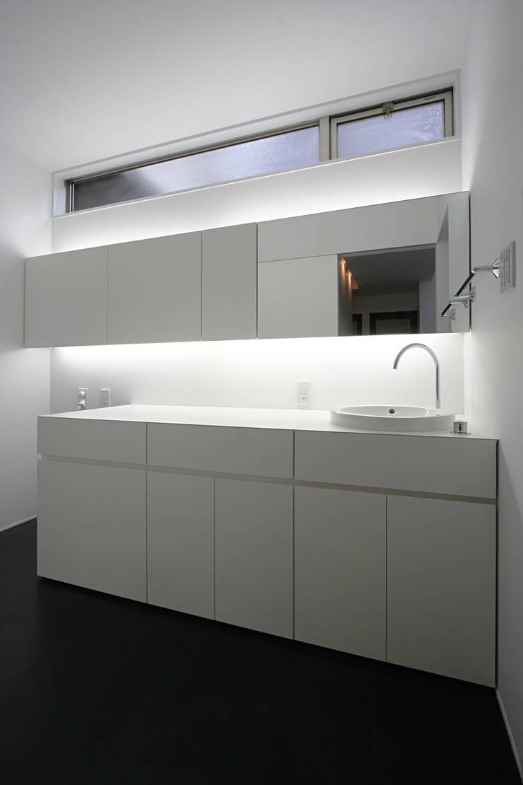 眺望と森をリビングで感じる家: ラブデザインホームズ/LOVE DESIGN HOMESが手掛けた浴室です。