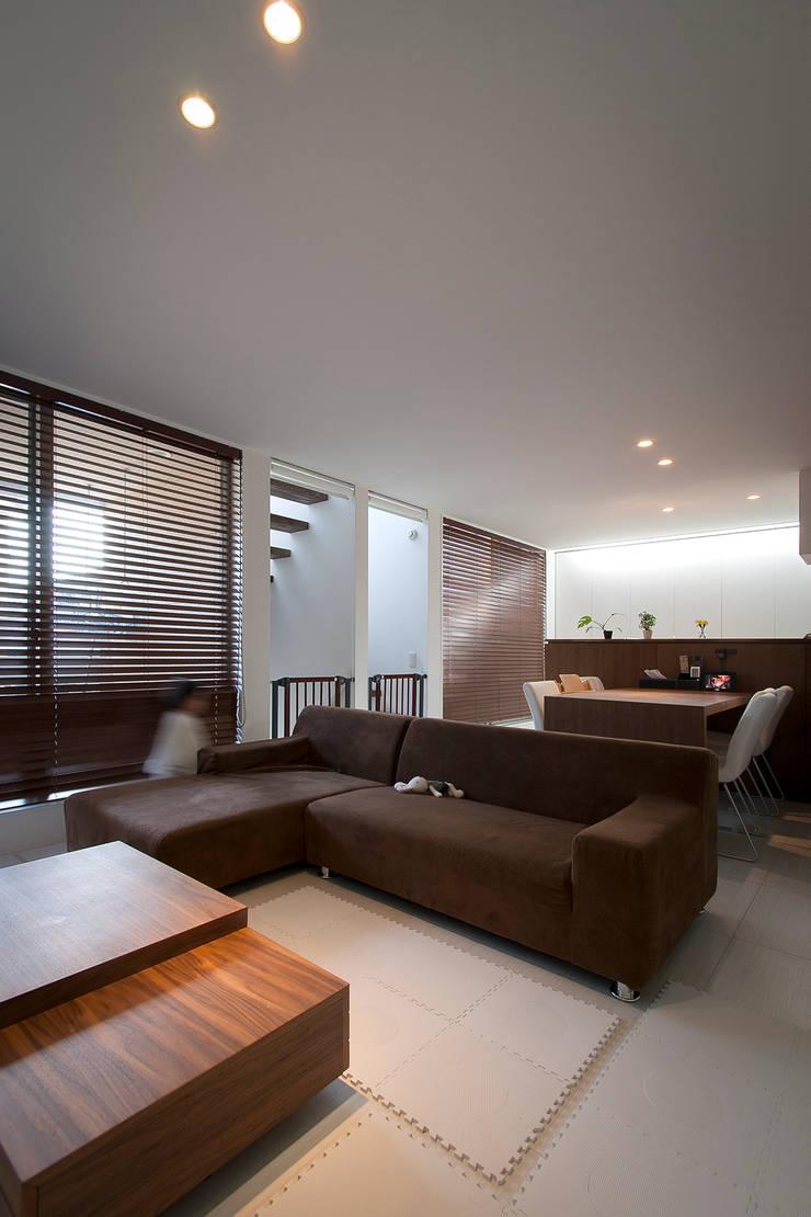 癒しのアクアリウムのある家: ラブデザインホームズ/LOVE DESIGN HOMESが手掛けた一戸建て住宅です。