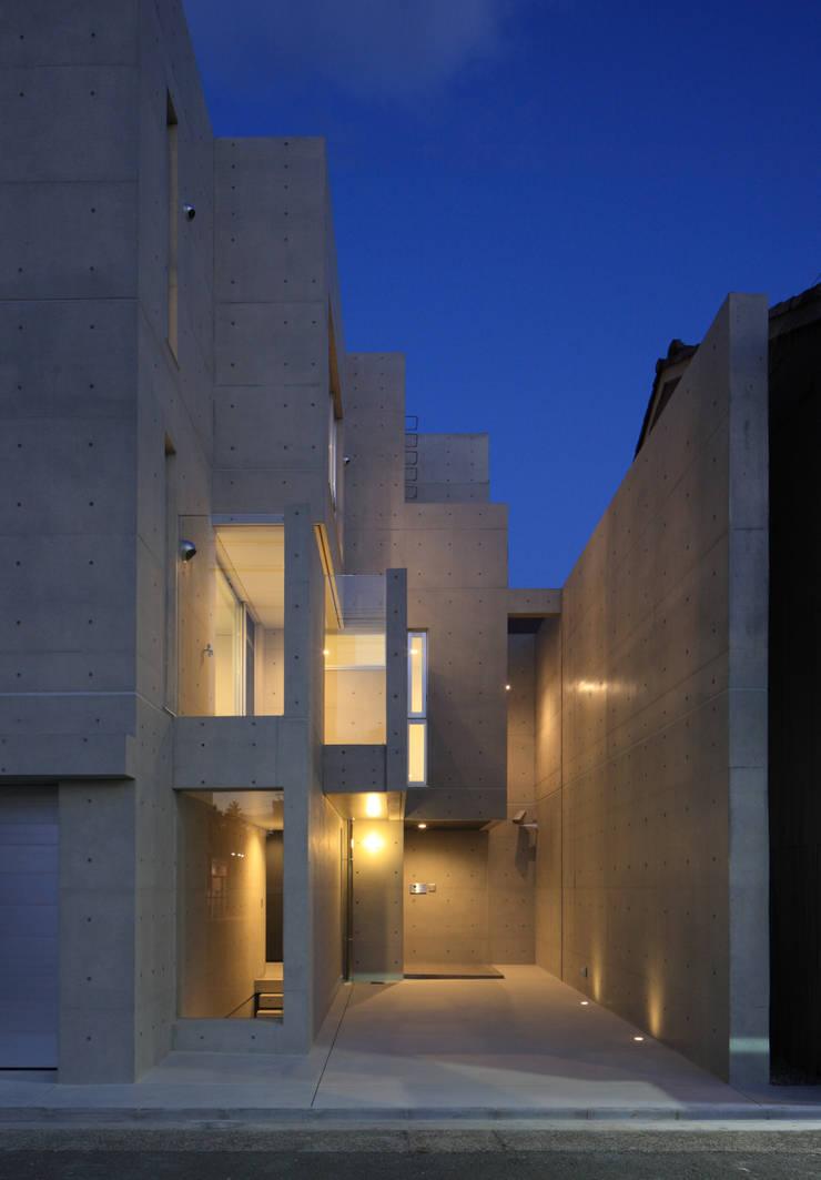 エントランス廻り夕景: 川島建築事務所が手掛けたです。
