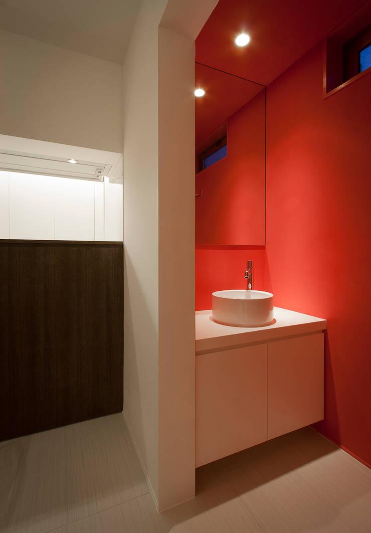 癒しのアクアリウムのある家: ラブデザインホームズ/LOVE DESIGN HOMESが手掛けたリビングです。