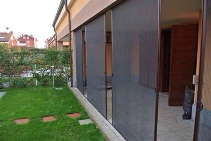 Zanzariere Plissettate: Giardino in stile in stile Moderno di dfm italia