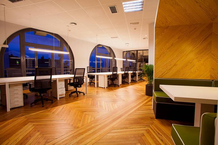 Oficinas Tribal Worldwide: Oficinas y Tiendas de estilo  de LabMatic Estudio