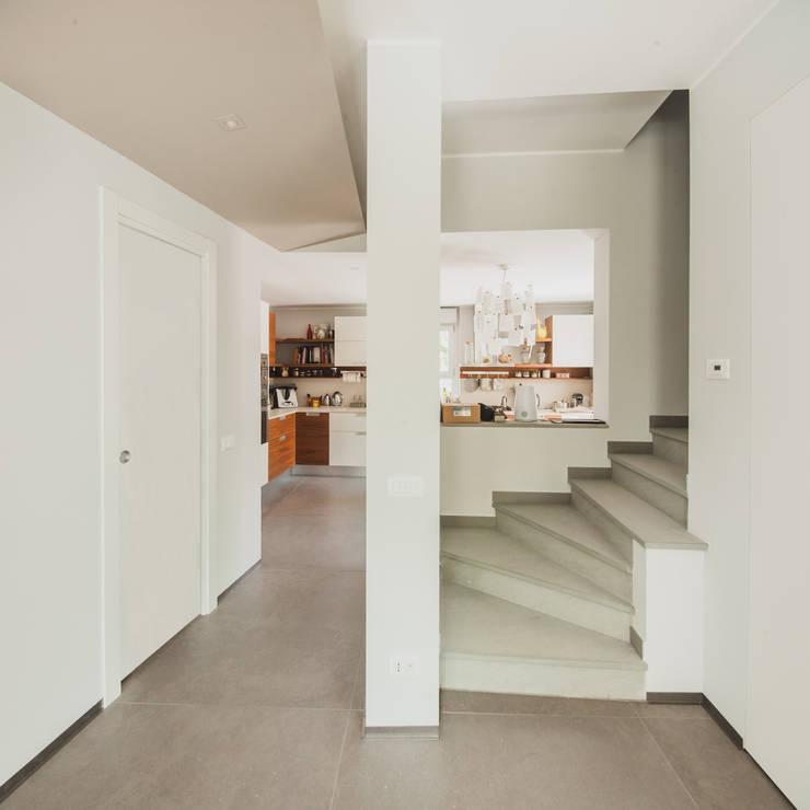 CASE TERRAZZE MONTICELLO: Ingresso & Corridoio in stile  di EMMANUELLO | ARCHITETTURA | DESIGN