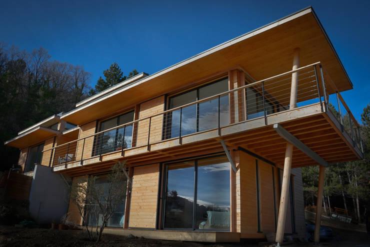 Maison écologique en bois: Maisons de style  par SARL naturARCH