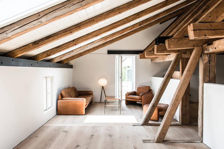 Bauernhaus Moorenweis:  Wohnzimmer von BUERO PHILIPP MOELLER