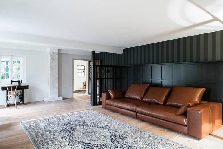 Bauernhaus Moorenweis: klassische Wohnzimmer von BUERO PHILIPP MOELLER