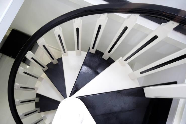 Corridor, hallway & stairs  by Pavart SRL