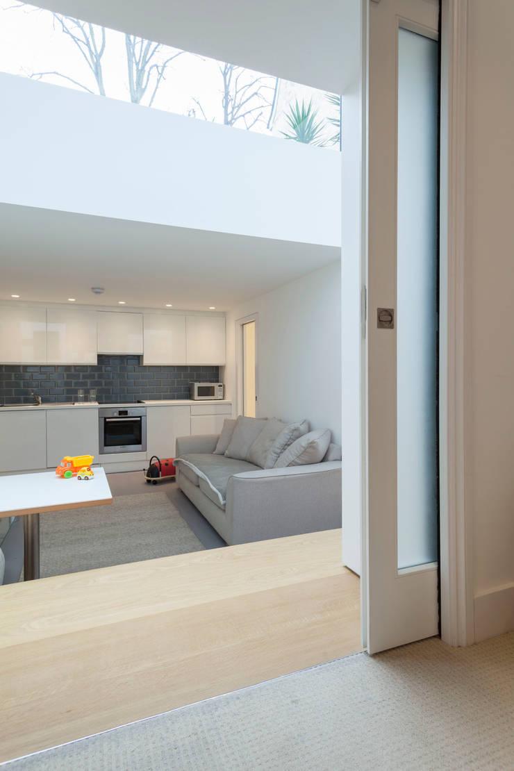 Peekaboo House:  Kitchen by Lipton Plant Architects