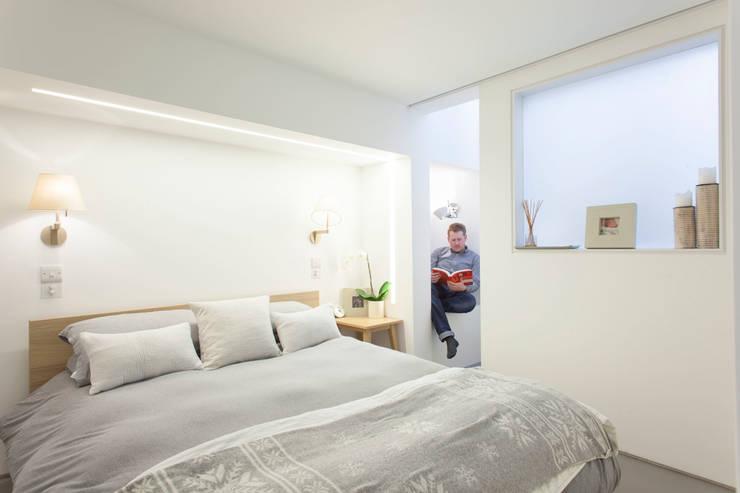 Peekaboo House:  Bedroom by Lipton Plant Architects