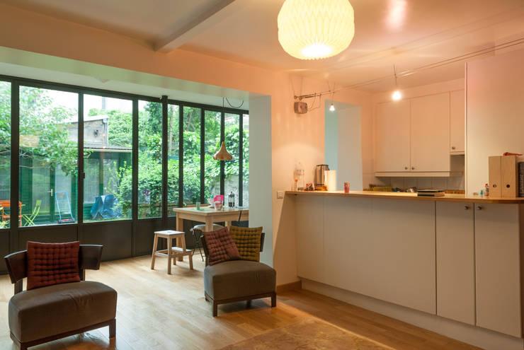 Extension d'une maison parisienne: Maisons de style de style Moderne par Emmanuel CROS architecture