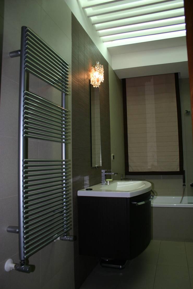 bagno zona notte: Case in stile  di Giuseppe Pirozzi Architetto