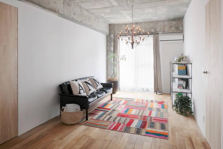 中京区の家/リビング: 一級建築士事務所 こよりが手掛けたリビングです。