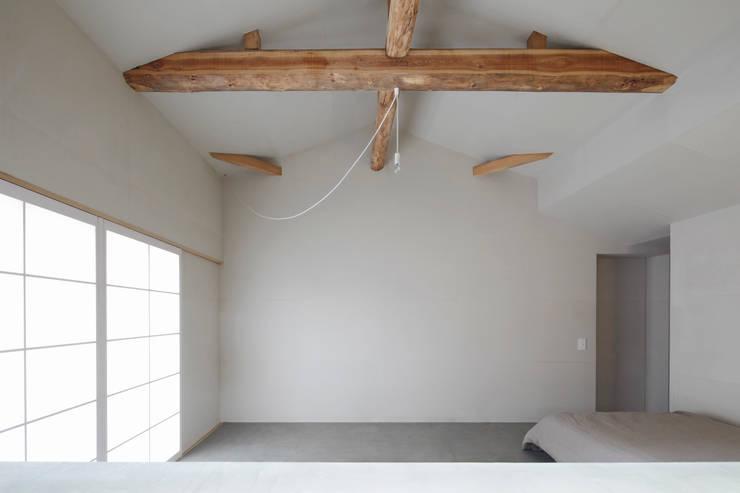 和紙の壁: 一級建築士事務所 こよりが手掛けた家です。
