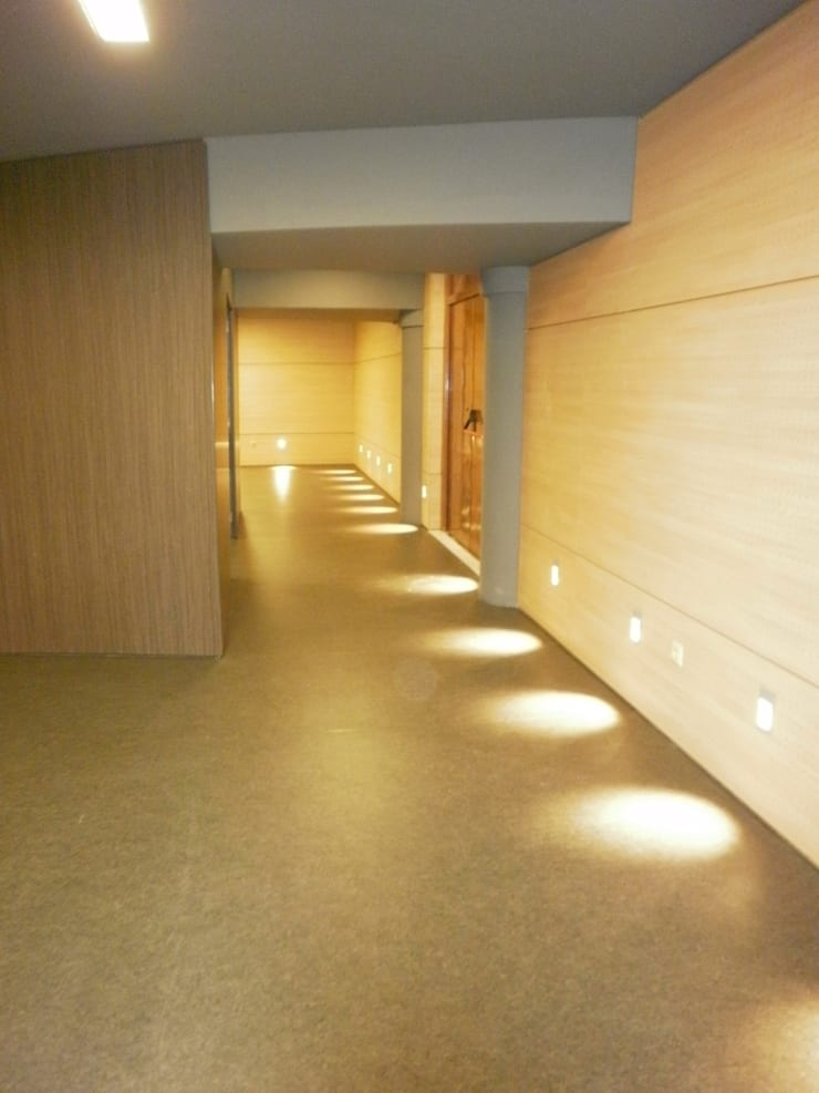 Casa da Cultura de Cee: Salones de eventos de estilo  de Arquitectos Fin