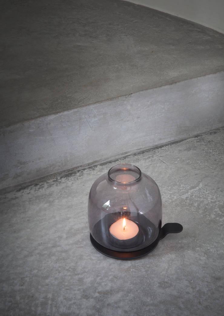 Bougeoir HALLGEIR CHAMBER LIGHT : Salle à manger de style  par SILVERA